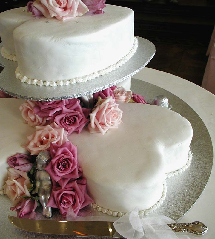 Images Of Love Shape Cake : 7 Perfectly Delicious Sweet Heart Shaped Wedding Cakes For ...