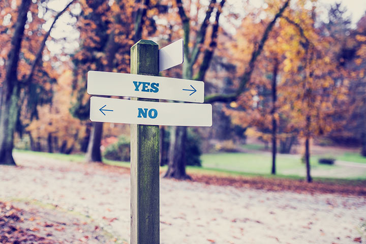 Rustic-wooden-sign-in-an-autumn-park