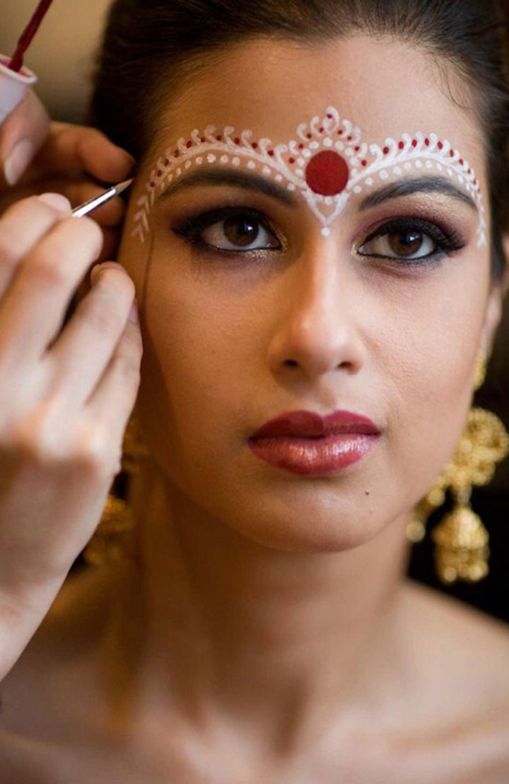 bengali-bridal-makeup-with-decoration-in-red-and-white