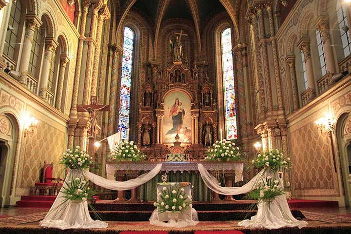 9 strikingly simple ideas on church decoration for wedding for Altar decoration wedding