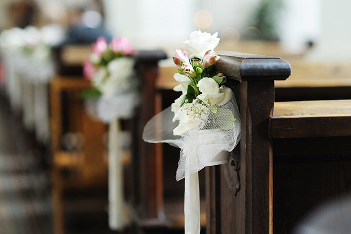 Wedding-Pew-Decorations-with-A-Romantic-Bunch