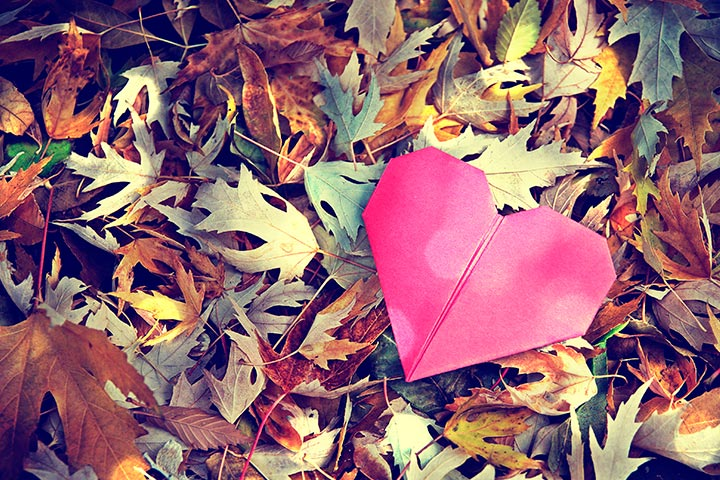 Sad Love Stories : Paper heart thrown away