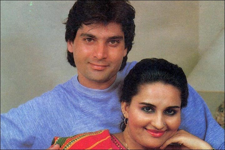 Reena Roy's Marriage - Reena Roy And Mohsin Khan Pose In A Candid For An Interview